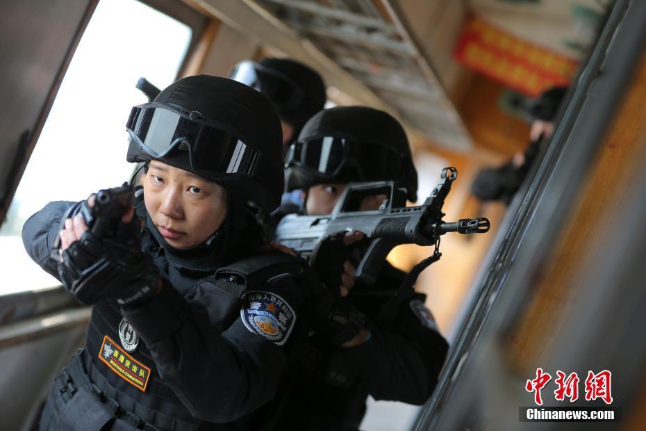 """金沙娱乐网址:带男警员训练的""""铁道飞虎""""女特警队长"""