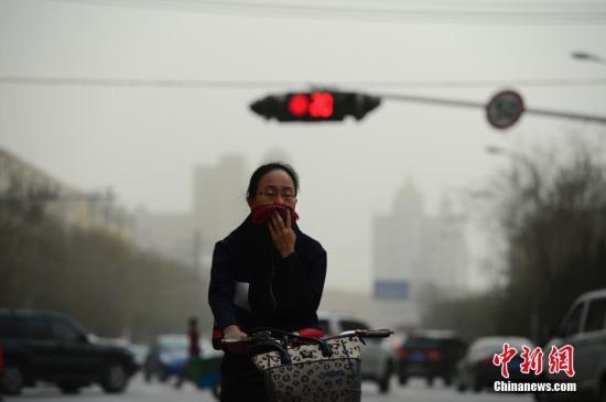资料图:雾霾天,出行的民众用围巾掩住口鼻。。 <a target='_blank'  data-cke-saved-href='http://www.chinanews.com/' href='http://www.chinanews.com/'>中新社</a>记者 刘文华 摄