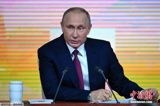 当地时间12月14日,俄罗斯总统普京的年度大型记者会在莫斯科举行。据俄新社12月14日报道称,这将是普京第13次举行年度记者会,预计普京将围绕俄罗斯内政外交政策、2018年总统选举、经济、养老金以及地区问题与记者进行坦诚交流。