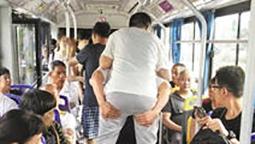 每周三次 连续六年 温岭公交司机背着乘客上下车